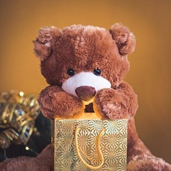 Ours en peluche avec décoration de vacances et cadeaux