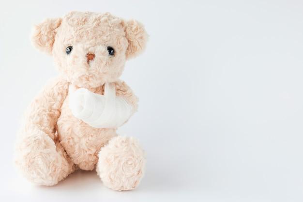 L'ours en peluche est joueur et a eu un accident alors il a demandé un traitement médical
