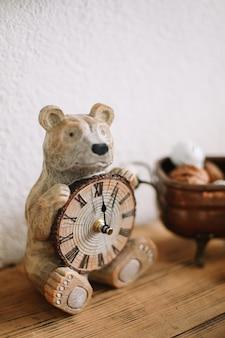 Ours en peluche avec une horloge concept de réveillon du nouvel an joyeux noël et bonne année fond