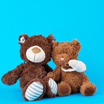 Ours en peluche marron avec patte de bandage blanche rembobinée