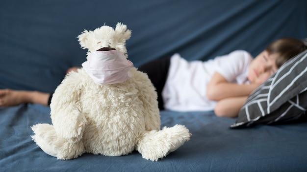 Ours en peluche avec masque de chirurgien