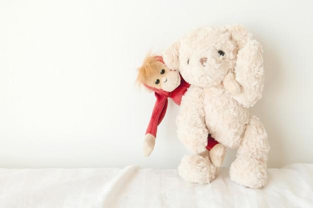 Ours en peluche et mignon singe amoureux, doux couple en saint valentin