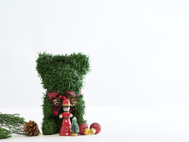 Ours en peluche de noël et décorations avec copyspace