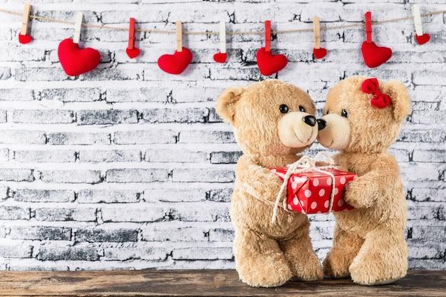 Ours en peluche ont un cadeau à une amie