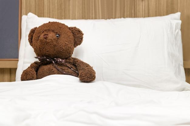 Ours en peluche solitaire allongé sur le lit. concept sur l'attente de quelqu'un et la solitude.