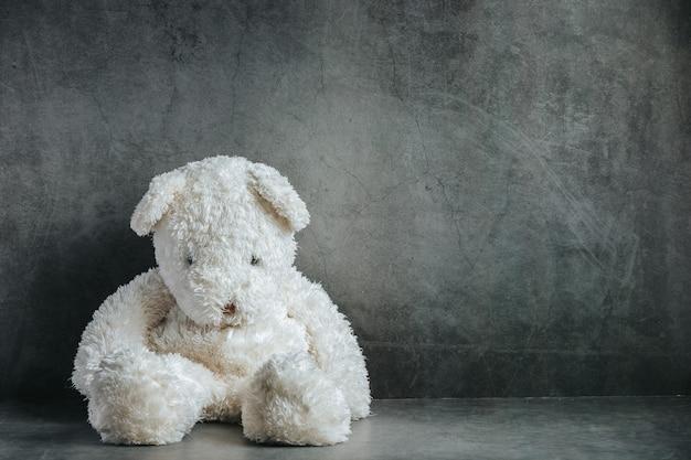 Ours en peluche triste dans une pièce vide