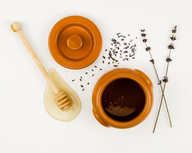 Ourse à côté du contenant de miel