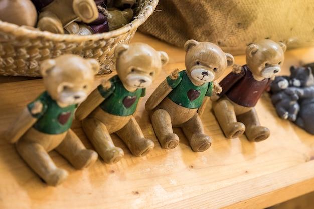 Ourson en bois poupée faite à la main pour décorer ou cadeau et cadeau. dans la boutique.
