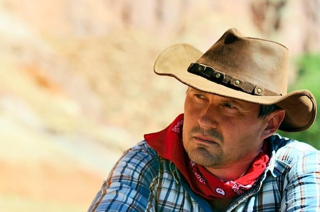 Out west - un cowboy prend du temps pour se reposer et réfléchir.