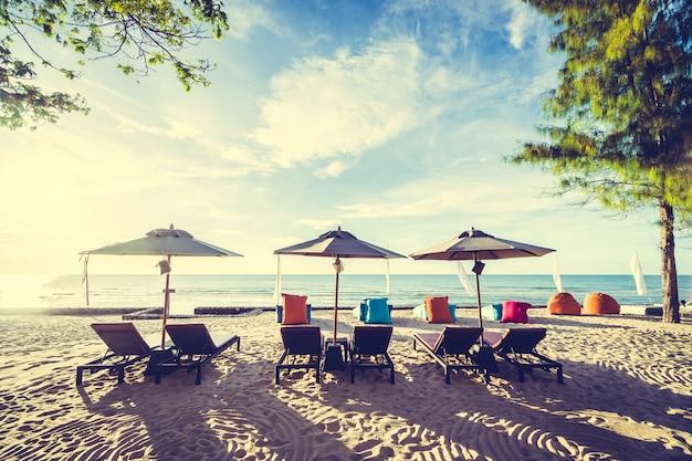 Outdoor avec parasol et chaise