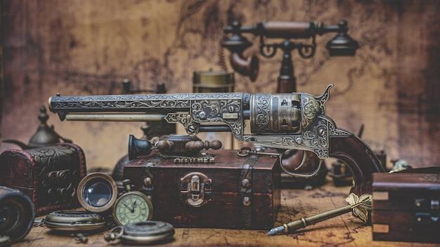 Outil d'aventure de pistolet et d'objets en bronze de la vieille collection