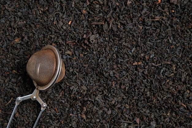 Outil de brassage en métal sur noir avec copie espace. vue de dessus.