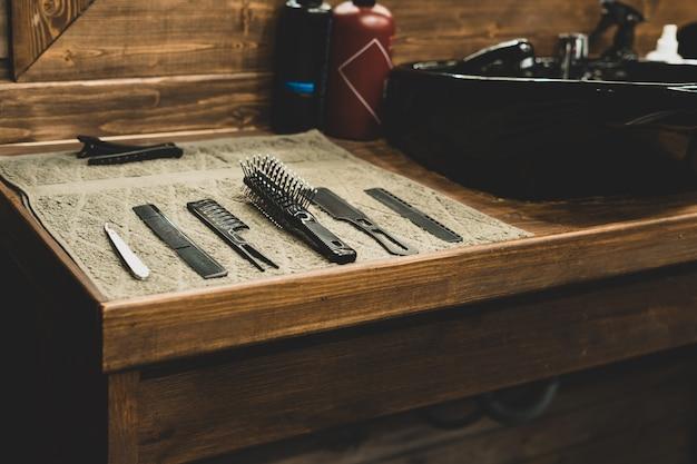 Outil de coiffeur en salon de coiffure. outil de coiffeur. ciseaux, peignes, rasoirs, tondeuses. outil pour l'assistant. organisation du lieu de travail. mise au point sélective.