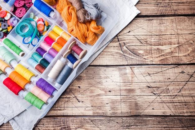 Outil de couture pour travaux d'aiguille. fils colorés,