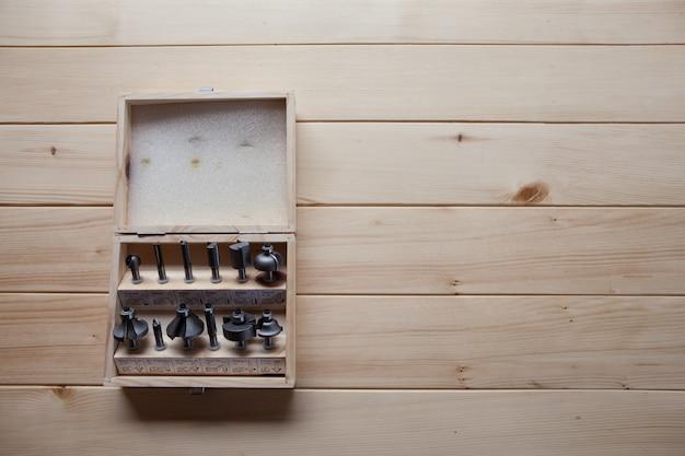 Outil dans une boîte en bois