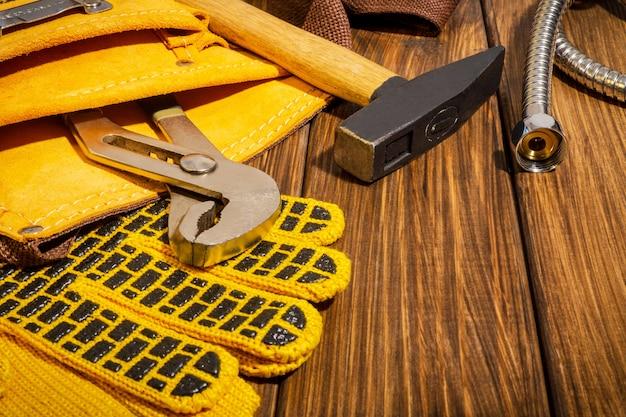 Outil dans le sac et gants pour plombier