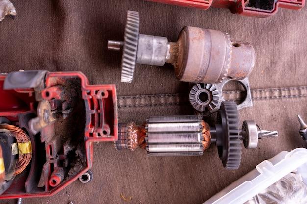 Un outil électrique est en cours de réparation avec beaucoup d'autres outils