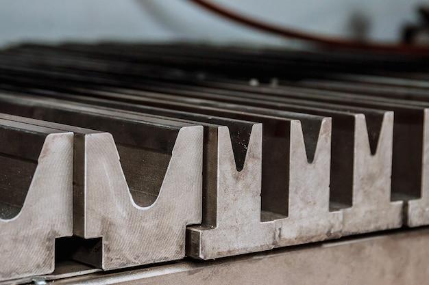 Outil et équipement de pliage de tôle. cintreuse spéciale formant le poinçon et la matrice de moule. outils de presse plieuse, outils de pliage, poinçon et matrice de presse plieuse.
