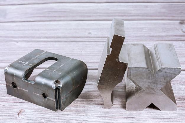 Outil et équipement de pliage de tôle sur une table en bois