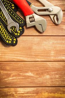 Outil et gants de travail pour plombiers sur planches d'époque