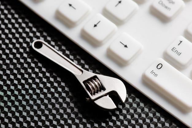 Outil à main sur un clavier blanc