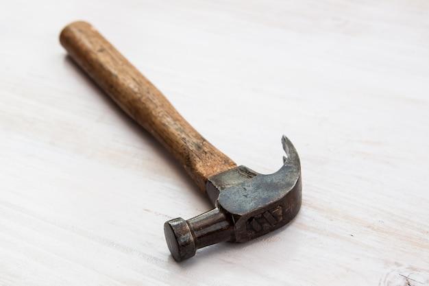 Outil de marteau ancien vintage sur le fond de plancher de bois
