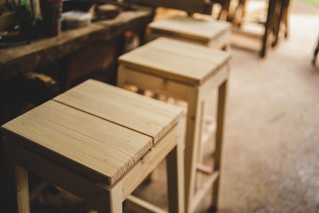 Outil de menuiserie professionnel, équipement pour atelier avec industrie du bois, menuisier travaillant dans la construction artisanale de menuiserie, artisan et planche de bois dans l'atelier de menuiserie