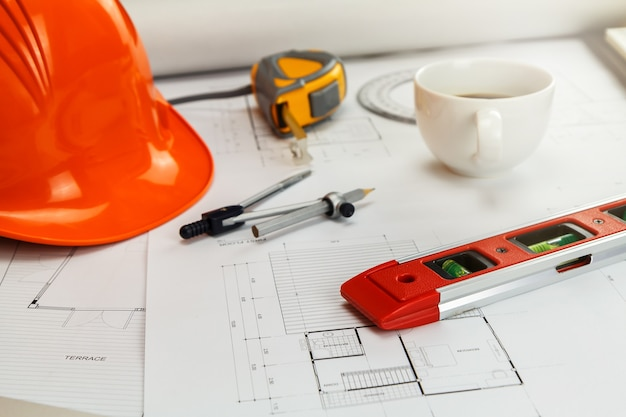 Outil de mesure avec casque et café sur blueprint, concept architectural