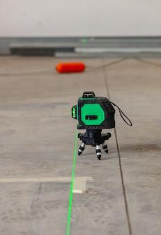 Outil de mesure de niveau laser sur chantier.