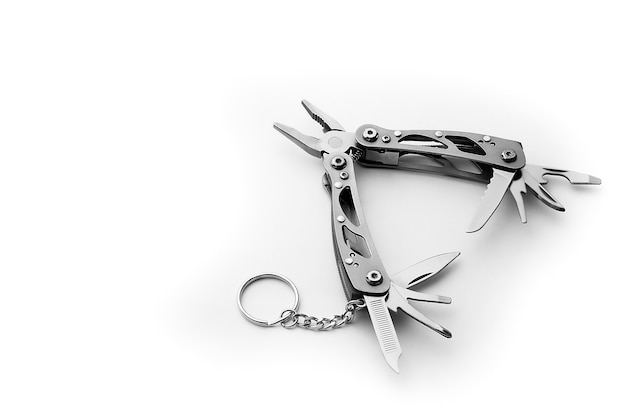 Outil multi avec des outils et des pinces étendus isolés sur fond blanc