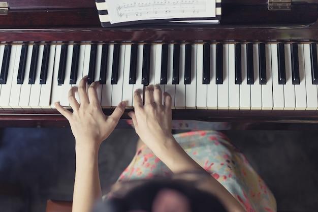 Outil musical de piano jazz, gros plan du clavier de piano, fond de clavier de piano avec mise au point sélective