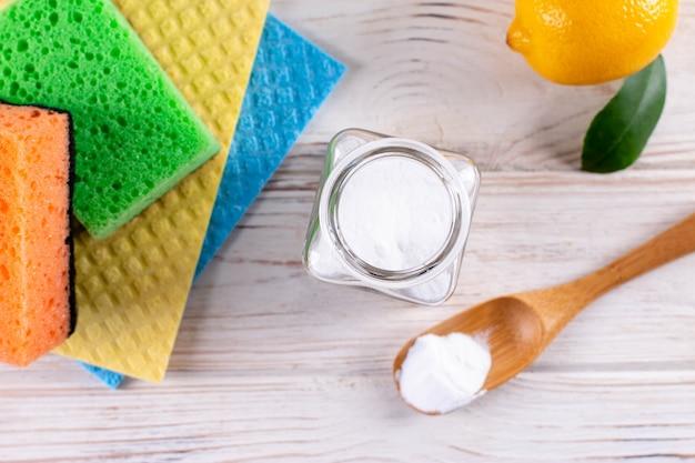 Outil de nettoyage à domicile. citron, soda à base d'ingrédients naturels. brosses et chiffon. le concept zéro déchet
