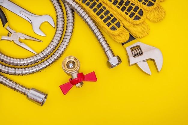 Outil de plomberie et gants pour connecter les tuyaux d'eau