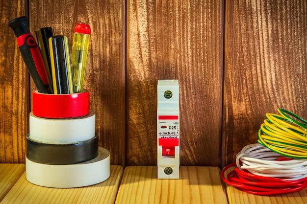 Outil professionnel pour électricien sur planche de bois vintage