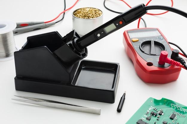 Outil de réparation de circuits en gros plan