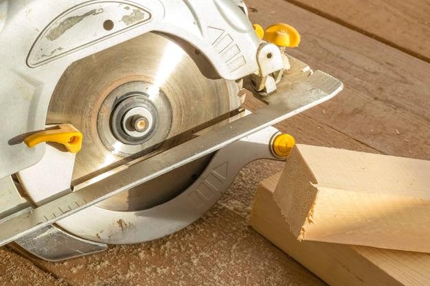 Outil de scie circulaire sur un plancher en bois. scie circulaire pour couper du bois