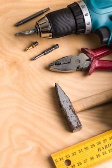 Outillage de construction sur planche de bois