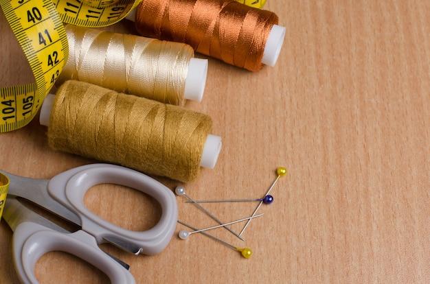 Outils et accessoires pour la couture. fil à coudre, ciseaux, épingles