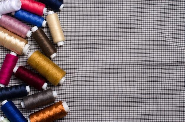 Outils et accessoires pour la couture. fil à coudre coloré sur gris