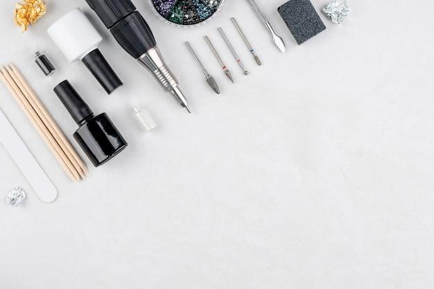 Outils et accessoires pour les procédures de manucure et pédicure sur fond blanc