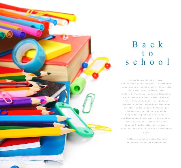 Outils et accessoires scolaires sur un tableau blanc.