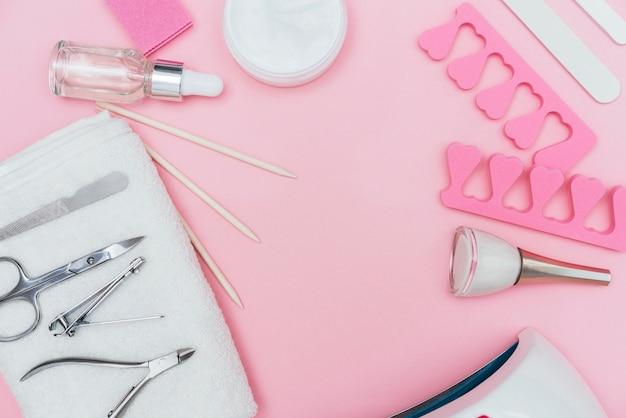Outils d'accessoires de soins des ongles copie espace fond rose