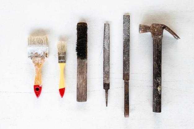 Outils d'art et d'artisanat sur fond blanc.