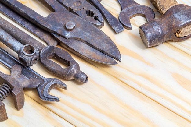 Outils d'artisan vintage empilés après le travail sur des planches en bois