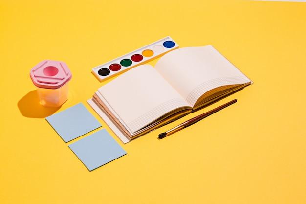 Outils artistiques - pinceaux, aquarelle, cahier