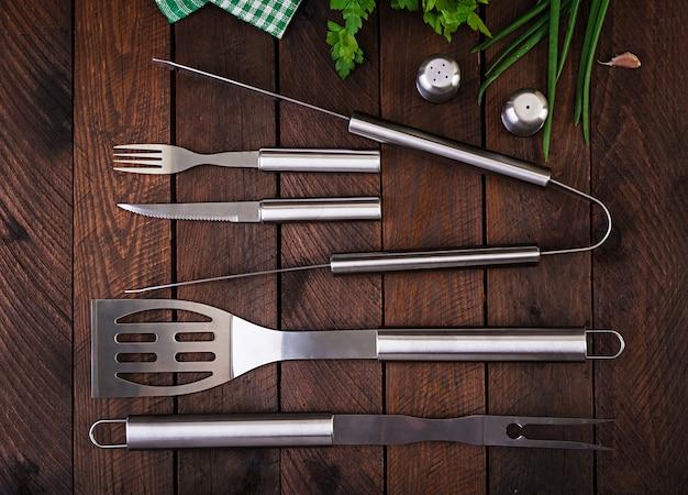 Outils de barbecue sur table en bois