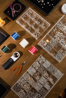 Outils de bijouterie. lieu de travail de l'orfèvre. artisanat à la main. atelier.