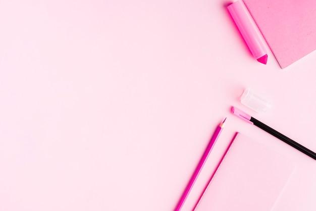 Outils de bureau roses sur le bureau