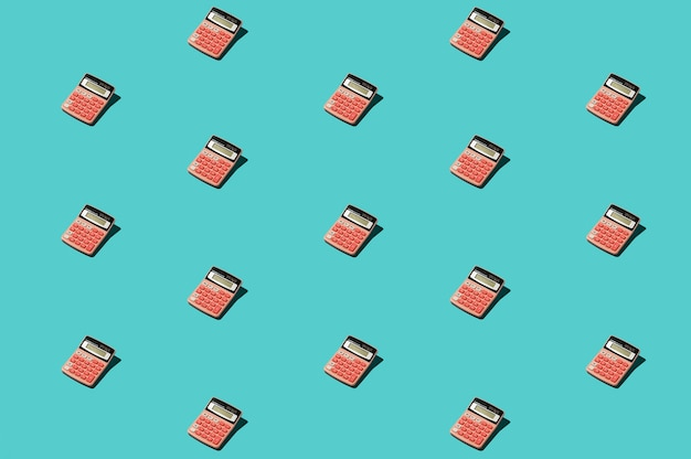 Outils de bureau roses sur une surface bleue