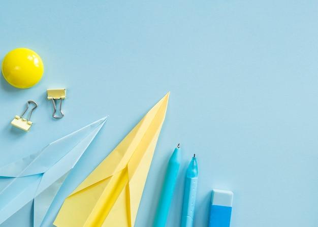 Outils de bureau sur une surface bleue